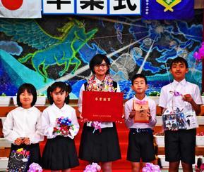 「将来の夢はパティシエ」と話す宮城美玖さん(中央)と在校生=15日、国頭村・佐手小学校