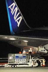 ANAの貨物便に詰め込まれるコンテナ=2009年10月、那覇空港