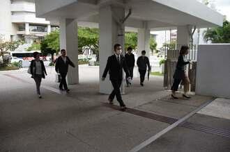 市役所に出勤する職員ら=2日午前7時20分ごろ、那覇市役所