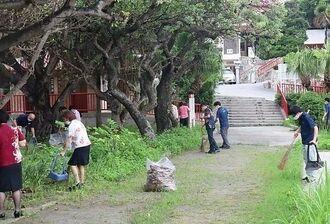「二十日会」と社内で親しまれる月に1度の清掃活動に取り組む沖縄ダイケンの社員たち=6月21日、那覇市若狭