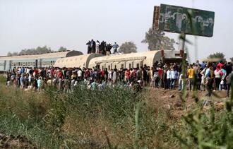 18日、エジプト・カイロ近郊で、列車脱線の現場に集まる人々(ロイター=共同)