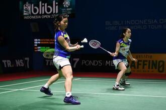 バドミントンのインドネシア・オープン、ドイツ組と対戦する高橋礼華(左)松友美佐紀組=16日、ジャカルタ(ゲッティ=共同)