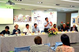 今後も沖縄で音楽と地域自治の交流を進めたいと語る李吉崇館長(右から4人目)=18日、台湾台東生活美学館