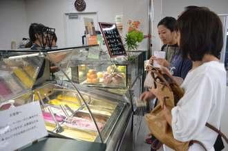 ベーカリーやカフェコーナーではうるマルシェでしか味わえないオリジナル商品が並ぶ=1日、うるま市前原の同店