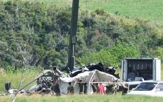 報道陣から目隠しするようにテントを張り、事故ヘリの撤去作業を続ける米兵ら=18日午後1時47分、東村高江