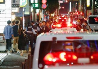 男性が刺され死亡する事件のあった現場付近=24日午後9時16分、福岡市中央区大名