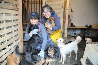 殺処分される犬を保護して引き渡す活動をしている宮古島アニマルレスキューチームの呉屋順子代表(左)と緒方久子さん=9日、宮古島市城辺