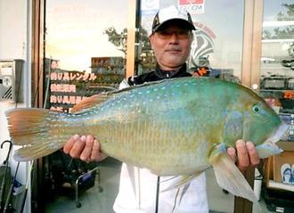 西崎一文字で62センチ、4・26キロのマクブを釣った名嘉伸一さん=4