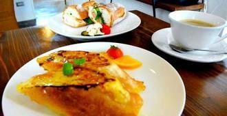 蜂蜜をたっぷりかけた「ハニーフレンチトースト オレンジバター風味」(手前)と、ベトナム風サンドイッチ「バインミー」