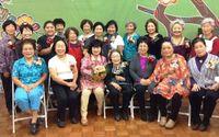 卒業祝い・父の日の贈り物にピッタリ 北米県人会で女性21人、コサージュ作りに熱中