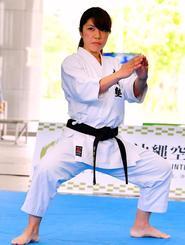 剛柔流の型「セーユンチン」を演武する前田麻里さん