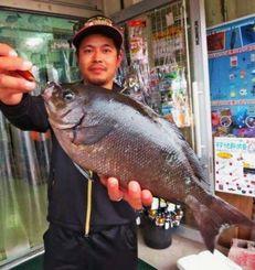 那覇一文字で40センチ、1.21キロの尾長グレを釣った山田隆太さん=10月29日