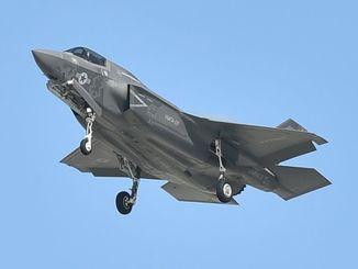 普天間飛行場に着陸するF35Bステルス戦闘機。岩国基地に展開している部隊に所属、沖縄へは訓練で飛来している=2018年12月3日