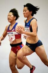 女子100メートル決勝 11秒80で優勝した鶴田玲美(右)=鹿児島県大崎町