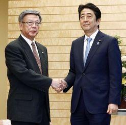 辺野古訴訟の和解案受け入れ表明を受け、安倍首相(右)と握手を交わす沖縄県の翁長雄志知事=4日午後、首相官邸