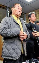 稲嶺進さんの当確を受け、記者の質問に答える仲井真弘多知事=19日午後9時50分、那覇市寄宮の知事公舎