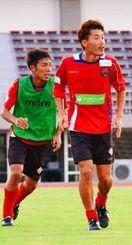 今季初の3連勝を狙う琉球の守備を支えるDF前田晃一(右)=県総合運動公園陸上競技場
