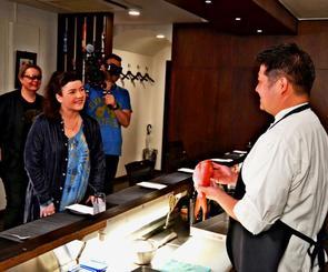 県産食材について取材するアイスランドのシェフ、ヘレフナ・サイトラン氏(左から2人目)ら=24日、那覇市のイタリア料理店「Lamp」