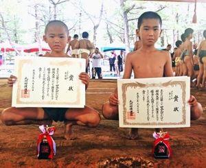 4年生の部3位の山城希友斗(右)と2年生の部準優勝の山城咲武斗(提供)