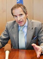 21日、ウィーンのIAEA本部で取材に応じるグロッシ事務局長(共同)