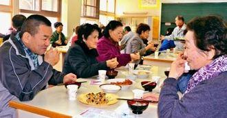 地域の老人会は生徒やボランティアが育てた米から作ったジューシーを味わった=沖縄市・安慶田中学校