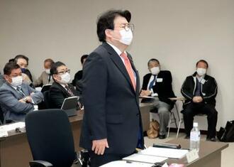 百条委員会で発言する松岡広幸市議=21日午前、兵庫県姫路市役所