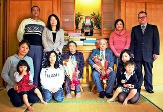 新年を祝うために勢ぞろいした双子5組。花束を手にする新里勇さん(中央右)と双子の妹・玉城光子さん=1日、本部町