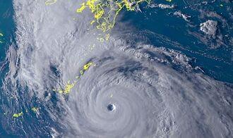 気象衛星ひまわり8号が撮影した5日午後5時の衛星画像。沖縄地方に台風10号が近づいている