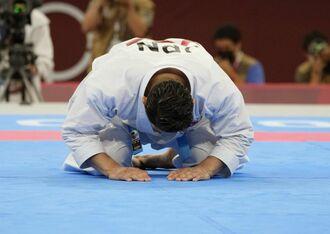 男子形で金メダルを獲得し、座礼する喜友名諒選手=6日、日本武道館