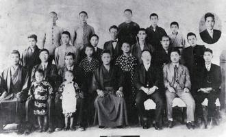 宮城長順氏(前列中央)と写真に納まる神谷仁清氏(同右から3人目)=1932年(提供)