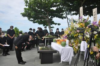 旧海軍司令部壕慰霊祭で焼香や献花をしたOCVBの下地芳郎会長=13日、豊見城市・海軍壕公園