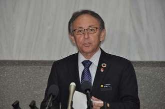 宮古島市議会での県民投票実施予算の否決を受けコメントする玉城デニー知事=18日、県庁