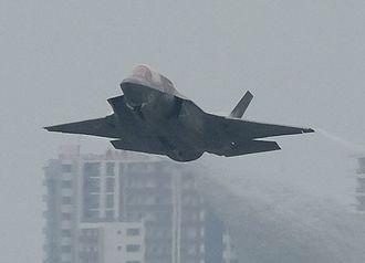 爆音を響かせて離陸するF35戦闘機=11日午後5時15分、普天間飛行場