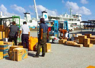 8日ぶりに那覇発の定期船が入港し、不足していた物資の荷下ろし作業があった粟国港=20日、同港