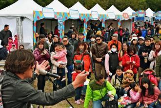 台湾の人たちが大勢集まった「かなさんどー琉球やんばるフェスタin台湾」=13日午後、台北市内