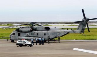 6月1日に久米島空港に緊急着陸した米軍のCH53Eヘリコプター。同一機が今月11日に東村の民間地で炎上した(久米島町役場提供)