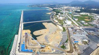 沖縄県名護市辺野古沿岸部。護岸で囲まれた区域への土砂投入が進んでいる=5月13日(小型無人機で撮影)