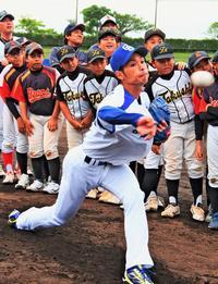 中日・又吉の全力投球に大歓声 プロ野球沖縄県人会