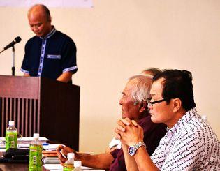 泊魚市場競り機能の糸満移転方針を説明する県漁連の上原会長(左)。那覇地区漁協の山内組合長(右)は反対している=26日、那覇市の水産会館
