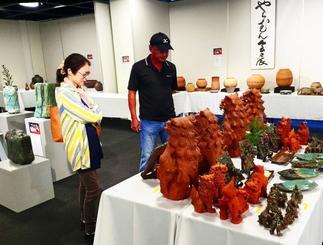 那覇市久茂地のタイムスギャラリーで開催中の「第32回やちむん会」展。入場無料。11月13日まで。
