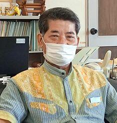 感染対策への協力を呼び掛ける伊良皆光夫村長=13日、多良間村役場