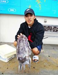 恩納村海岸で3.22キロのクブシミを釣った仲村隼斗さん=6日