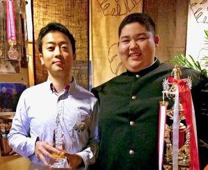 特別賞を受賞した高辻浩之さん(左)と當眞嗣斗君=24日、那覇市曙・イカリ亭(高辻さん提供)