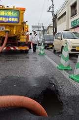 国道329号でコザ十字路向けの内側車線が一部、陥没した=22日午前6時53分ごろ、沖縄市高原