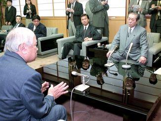 大田昌秀知事(左)と基地問題や振興策などについて意見を交わす野中広務幹事長代理=1997年3月21日、県庁
