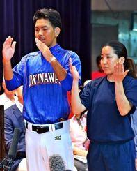 開会式で、全選手を代表して手話で宣誓する高良美樹さん(右)と昌莉さん=県立武道館