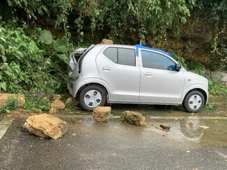 大雨の影響による落石で破損した車両=23日午前、宜野湾市普天間