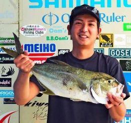 平敷屋漁港で2・4キロのオニヒラアジを釣った兼本豊士さん=6月26日
