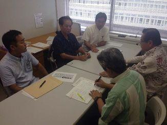 百田氏の発言に対する抗議決議の提案を決めた県議会与党の代表者ら=29日、県議会