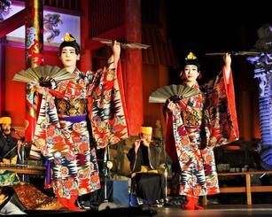 ライトアップされた首里城で華やかな舞いが披露された「中秋の宴」公演=17日、那覇市・首里城(喜屋武綾菜撮影)